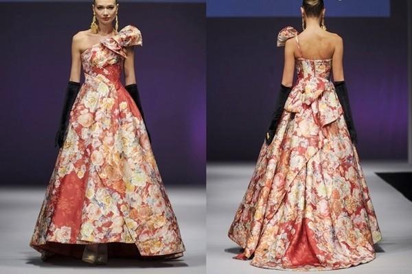 20件非纯白婚纱美赞 布满全身的各色花纹图样是他家婚纱礼服的招牌特色,挺括立体的剪裁和现代化的设计风格,体现婚纱品牌的独特设计理念。  图示:Social Occasions by Yumi Katsura