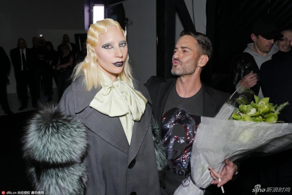 MJ纽约秀场LadyGaga霸气走秀 小马哥后台献吻