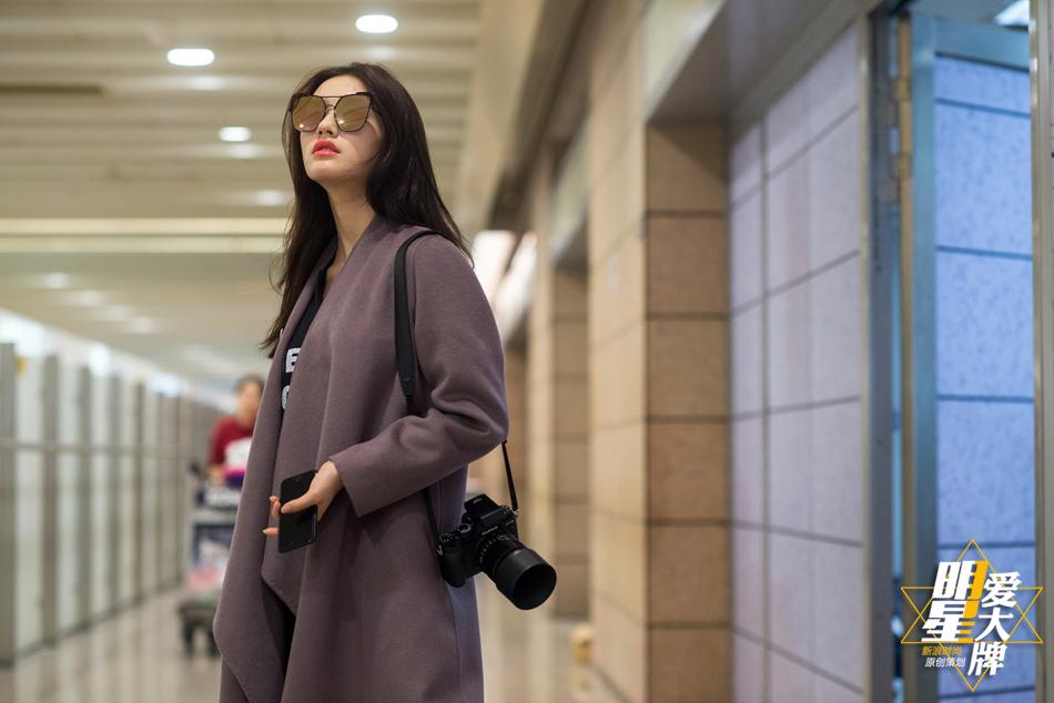 明星爱大牌 林允机场街拍演绎文艺潮范儿图片