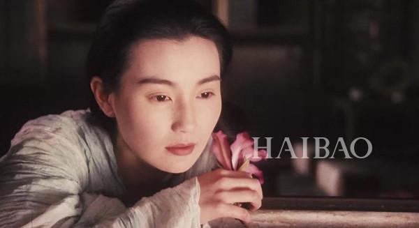 张曼玉的经典古装造型还要数她在《新龙门客栈》里的泼辣店长、《青