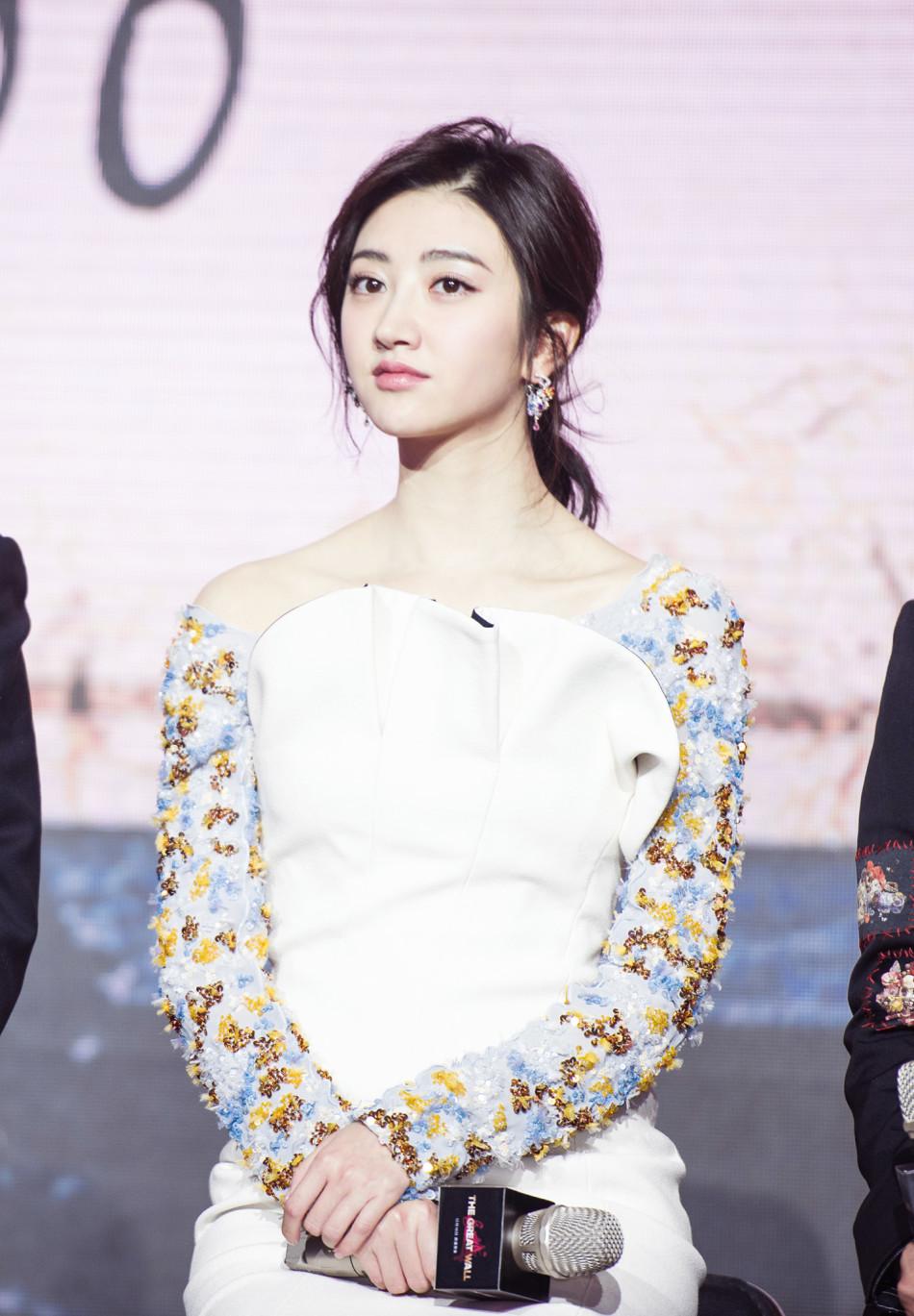 景甜出席《长城》发布会 高定白裙美又仙