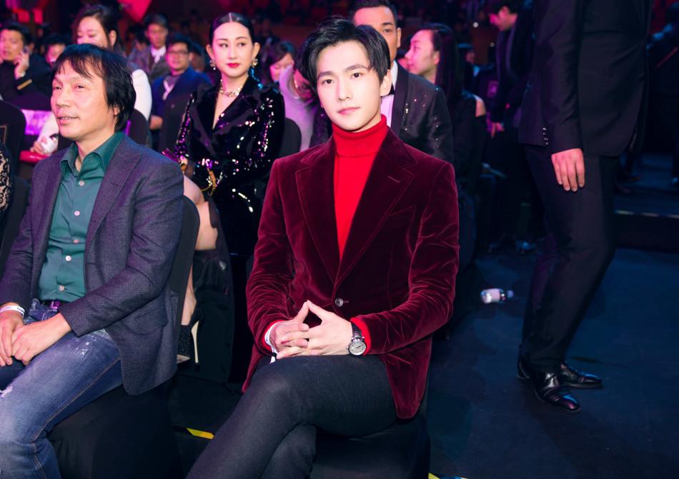 杨洋红丝绒外套出席盛典 展现冬日独有的温柔