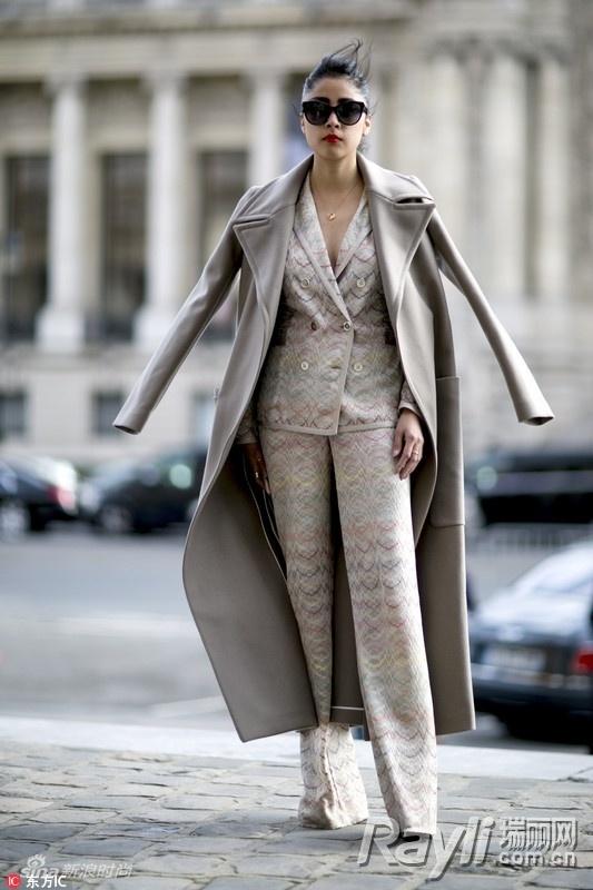 灰色大衣搭配裤装  灰色的落肩款大衣让人看起来