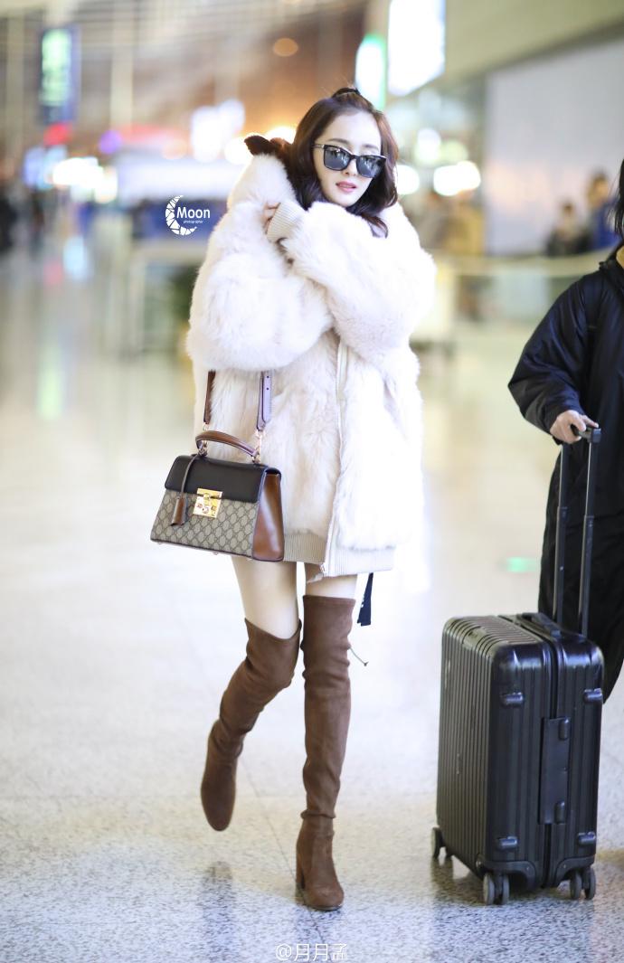 杨幂着毛外套现身机场 秀尽长腿少女感爆棚图片