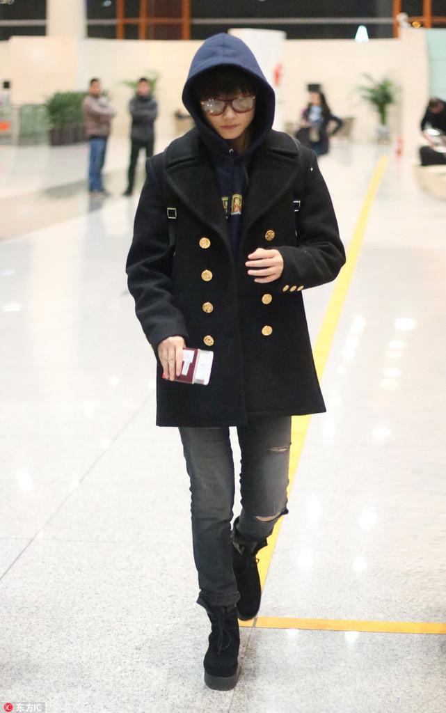 李宇春机场Look 破洞牛仔裤+短靴嘻哈有型