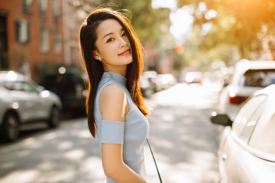 """李沁春日街拍笑眼迷人 明媚演绎""""雾霾蓝"""""""