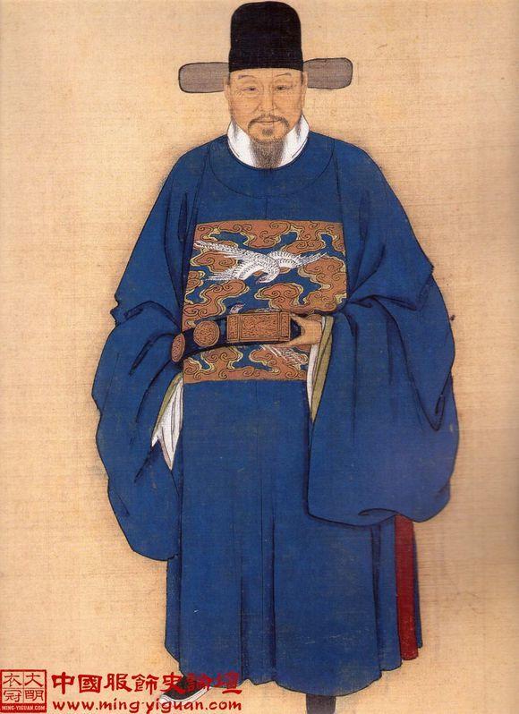 明朝服饰属于汉服体系,在推翻元代蒙古人统治之后,明朝恢复汉族的传统,明太祖朱元璋根据汉族的传统,上承周汉,下取唐宋,重新制定了服饰制度。明代许多男子流行的发式都是明太祖首创的。比如网巾,有象征国家法令齐全的意思,四平方巾象征国家太平,还有六合一统帽即瓜皮帽,(入清剃发后,为适应新发型,瓜皮帽变矮,清式瓜皮帽后来几乎被西方人当作中国典型的帽子)。服饰发展到明代,最突出的特点是以前襟的纽扣(多为金属质或玉质子母扣)作为主要系结物之一,但仍以系带隐扣为主,但是纽扣并非始于明代,从宋朝