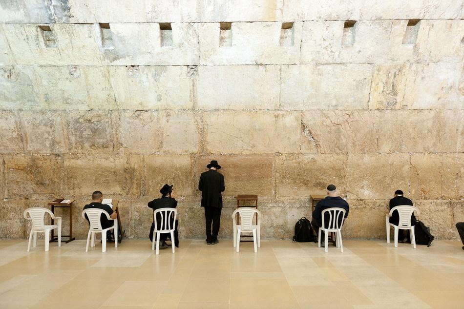 以色列投巨资保养哭墙 人们在耶路撒冷 哭墙 下祈祷