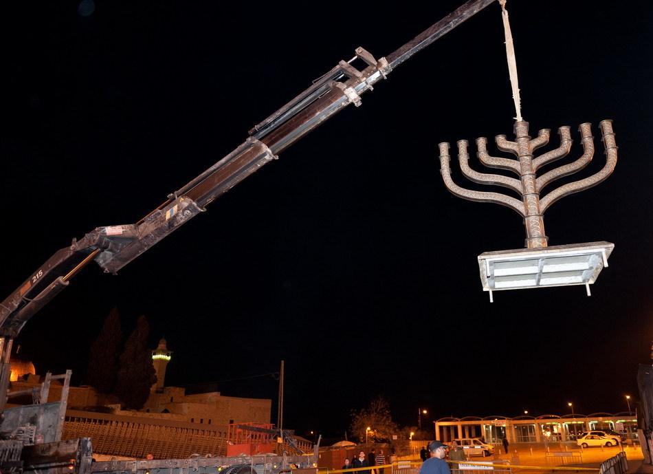 以色列投巨资保养哭墙 安放巨型烛台