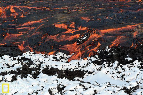 冰与火之歌:俄罗斯现冰雪熔岩相互交织奇观