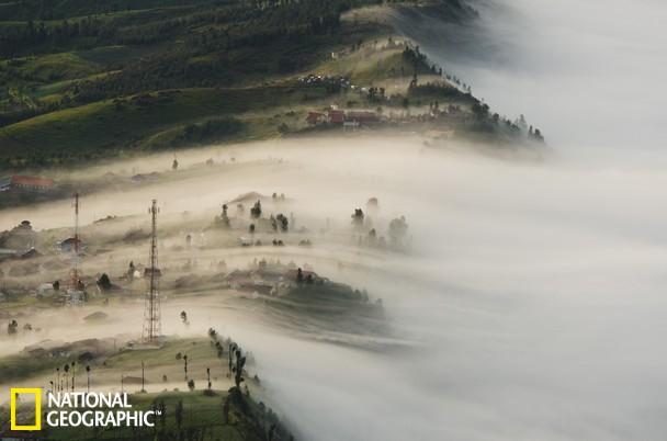 国家地理户外照片集锦:印尼小村晨雾如海啸