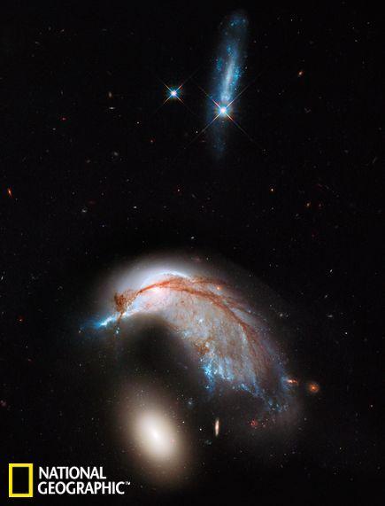 图片发布于6月20日,由哈勃太空望远镜拍摄.图中两个相邻的星系