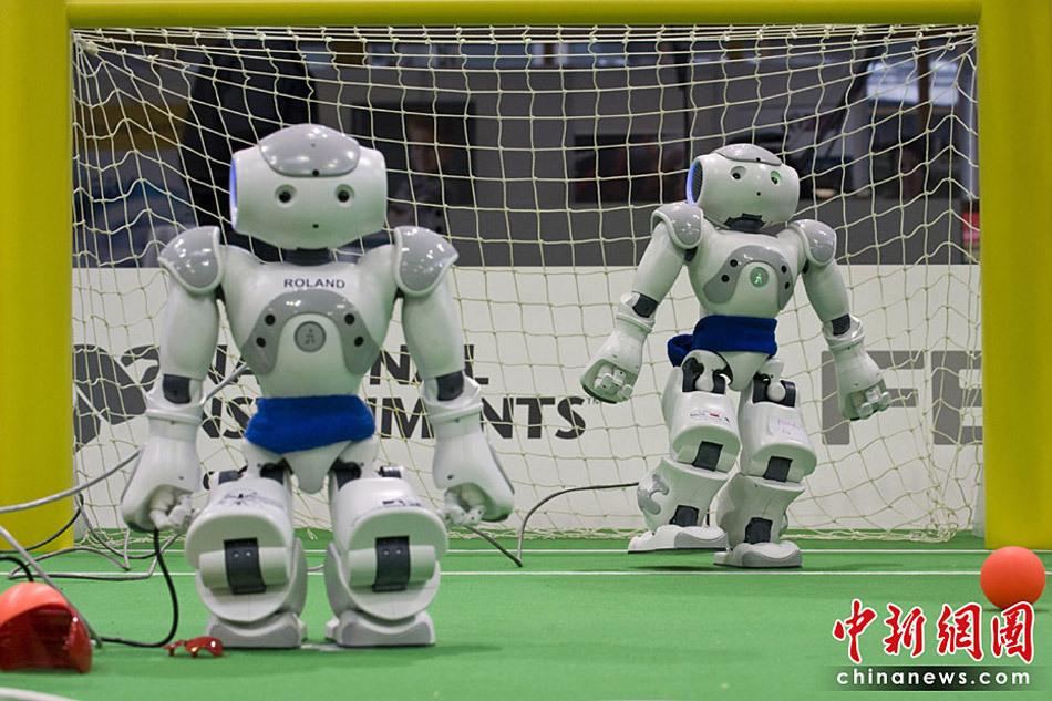 第一届   机器人   世界杯足球赛是一项旨在推动   机器人技术   和人工智能研究的年度国际机器人比赛,10年前,竞技足