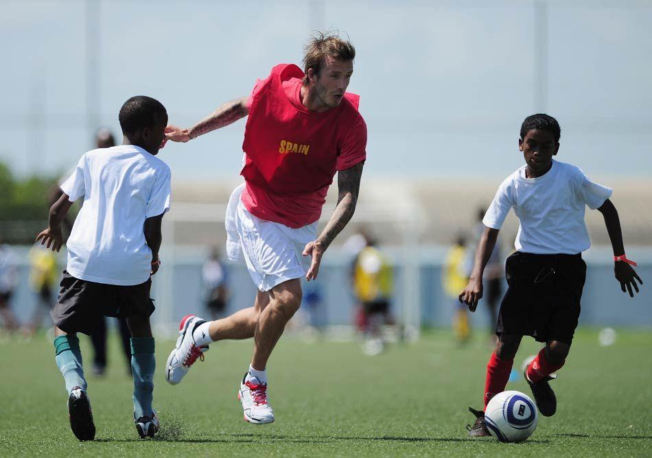 贝克汉姆有几个孩子_北京时间9月27日消息 贝克汉姆有幸来到西班牙与当地足球学校的孩子