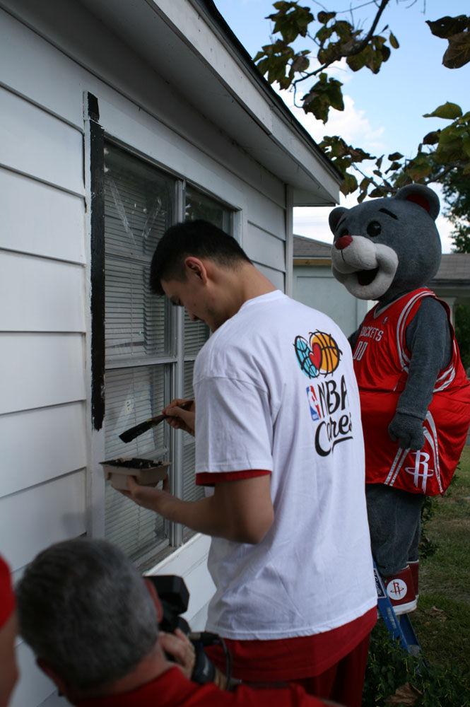 往当地一个贫困社区为一名叫哈迪的老妇人维修并油漆房屋.高清图片