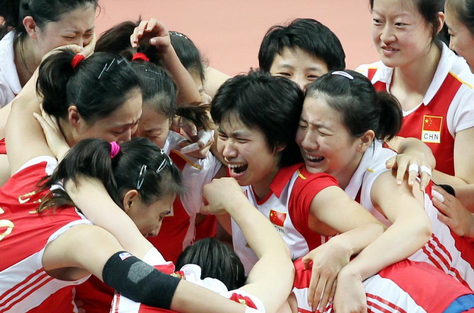 中国女排队员在夺冠后相拥庆祝 高清图片