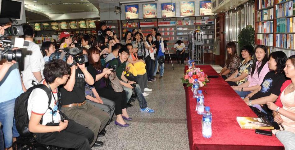 中国女排队员赵蕊蕊举行了新书《末世唤醒》的新闻发布会.高清图片