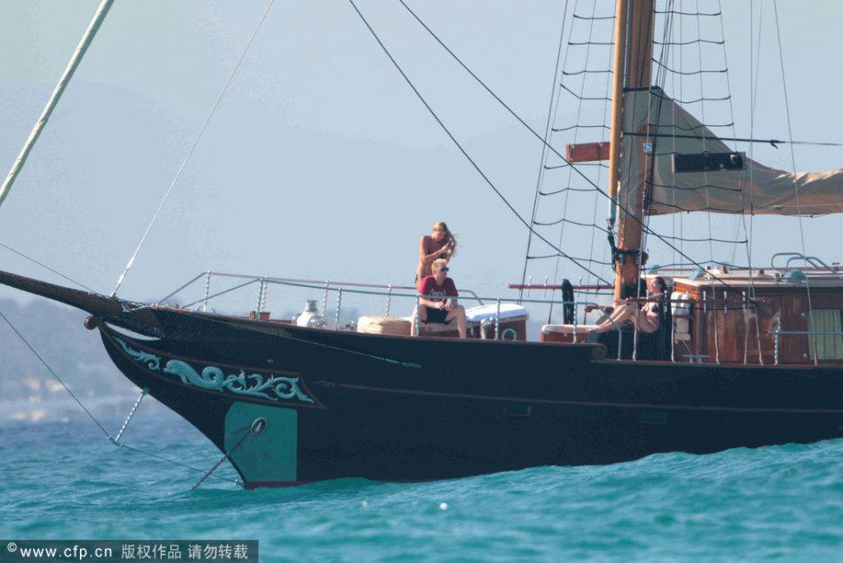 贝克尔与妻子乘船出游