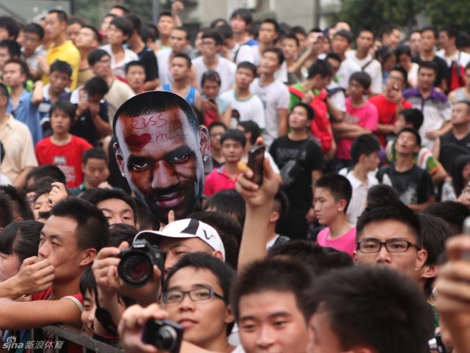 年8月13日,NBA球星詹姆斯来到成都参加活动,受到当地球迷热捧