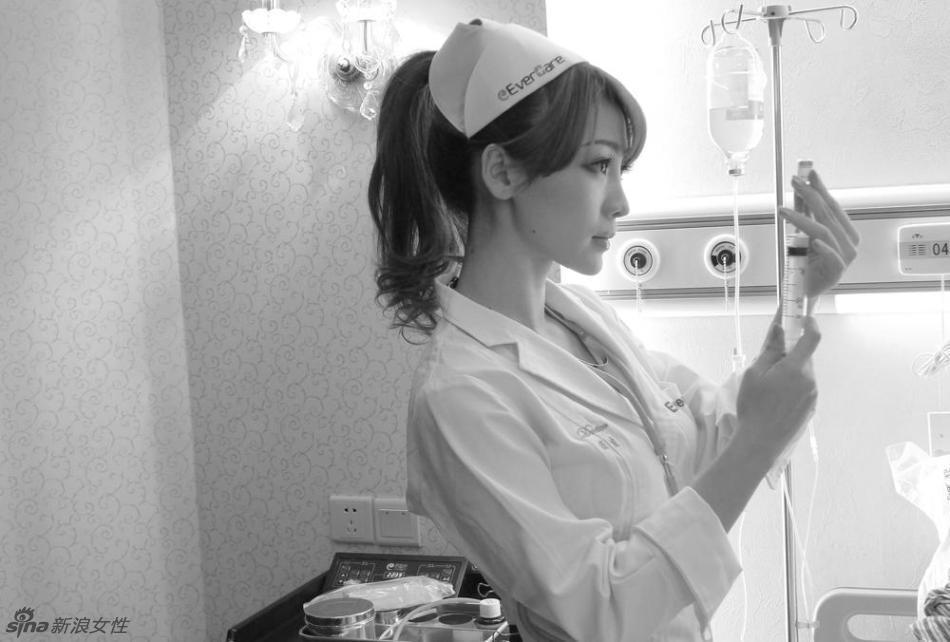 足球宝贝柳岩化身性感护士
