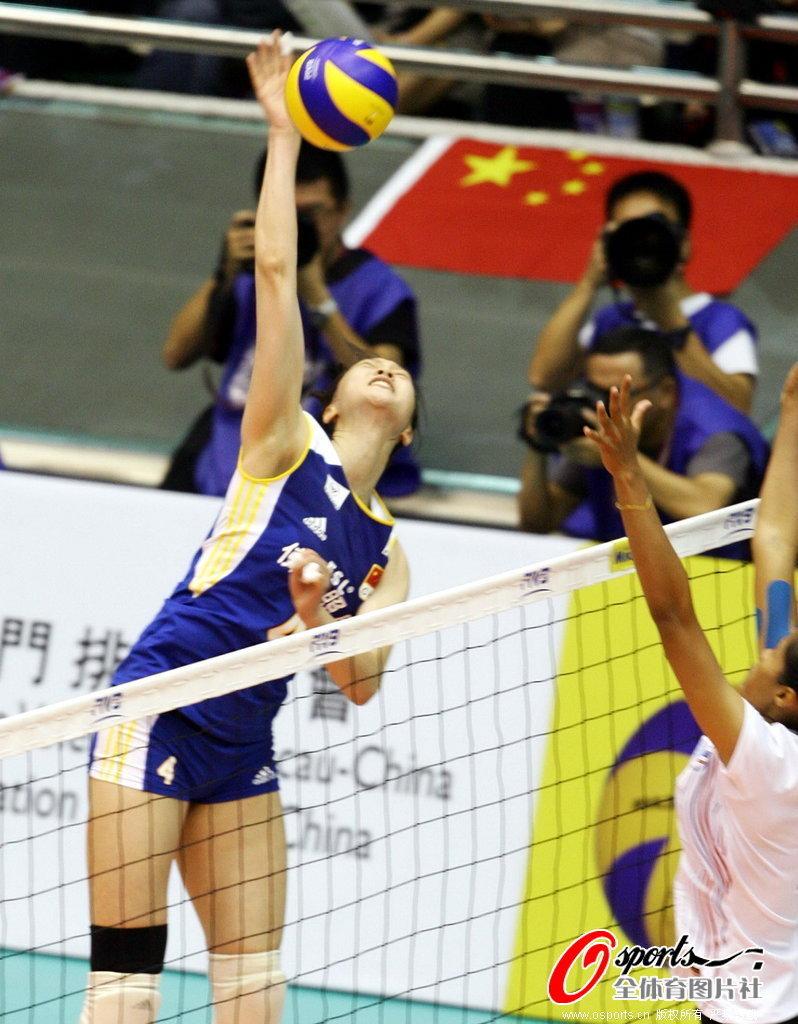 中国女排队员大力扣球 高清图片