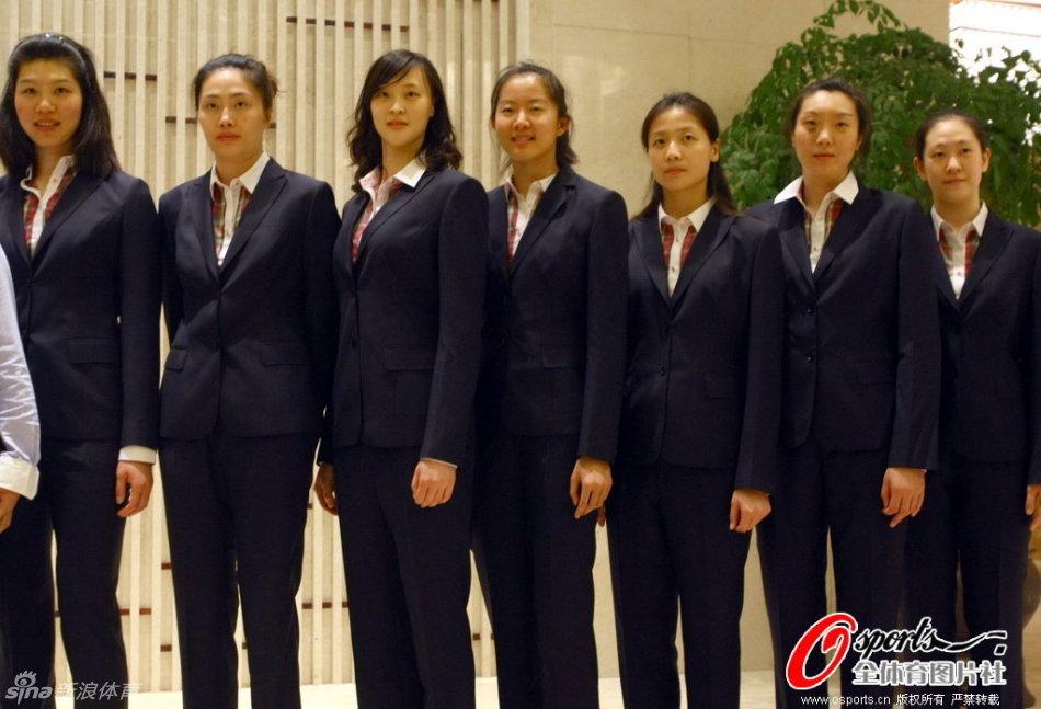 近日,中国女排队员试穿了2012伦敦奥运正装.女排姑娘身姿高清图片