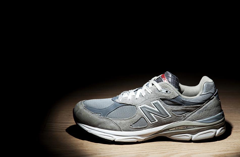 菱网鞋舌上刻有new balance usa,鞋面依旧身着经典的大热之灰,彰显了