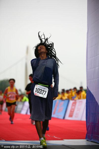 8日,2012广州马拉松举行,选手热情奔跑,现场搞怪与花絮不断.