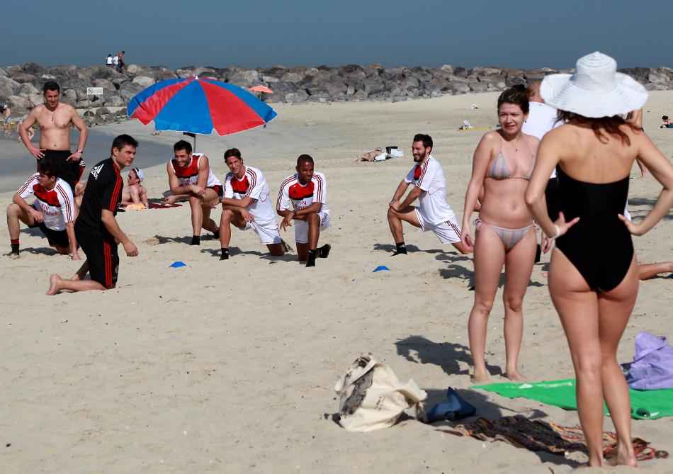 AC米兰队沙滩训练遇比基尼美女 新闻中心