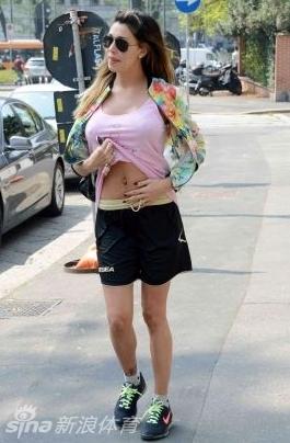 贝伦低胸性感装扮亮相街头