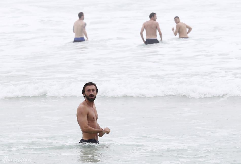 全队玩起沙滩排球,球场硬汉变身沙排男模.-意大利队里约海滩玩沙