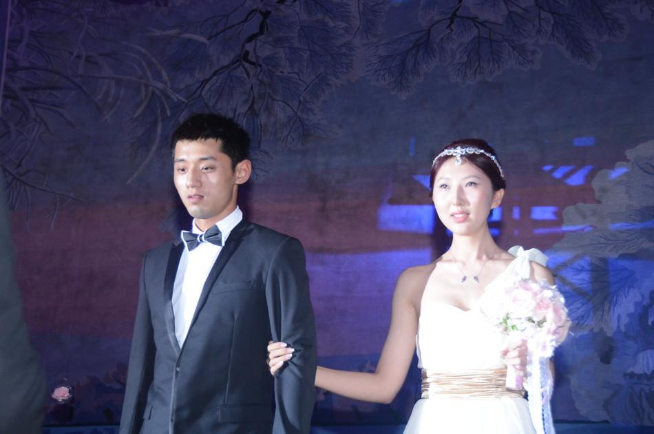 皓在家乡长春与总政歌舞团舞蹈演员闫博雅举行婚礼.图片来自新华