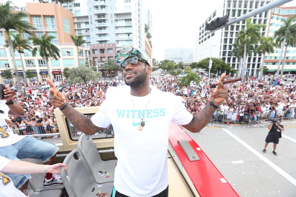 NBA2012-13赛季总冠军得主迈阿密热火队举行了夺冠巡游,詹姆斯图片