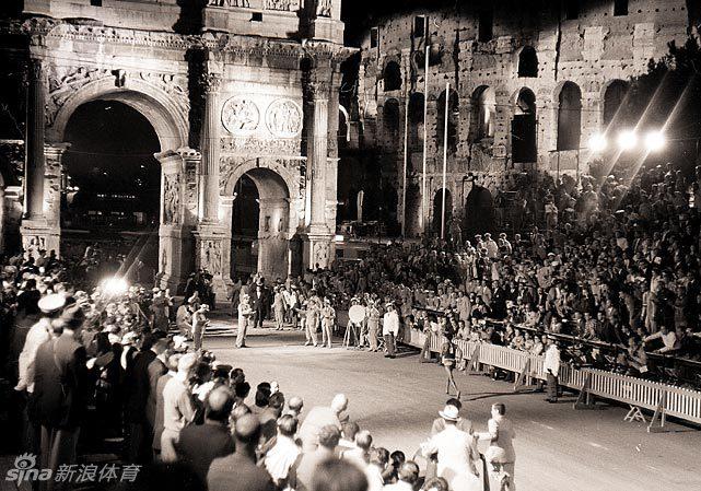 塞俄比亚运动员阿贝贝·比基拉赤脚抵达君士坦丁凯旋门,赢得奥运图片