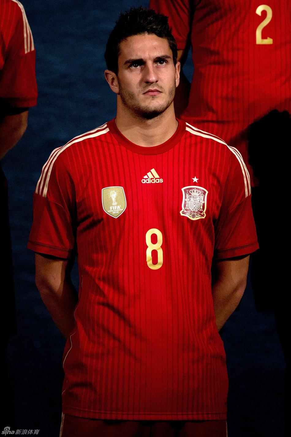 斗牛士军团的世界杯球衣依然采用传统的红色,所区别的是短裤并非图片
