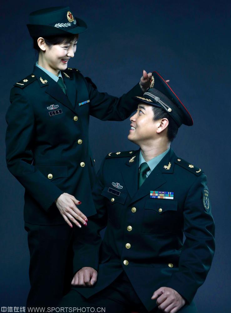 同为军人,都与军装有着不解情缘.图为王皓夫妇的军装结婚照.