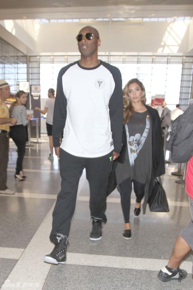 近日,湖人球星科比与妻子瓦妮莎现身洛杉矶国际机场,一身潮流装扮