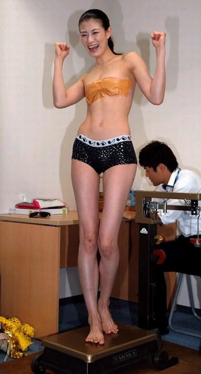 日本女拳手头缠蟒蛇称重 胸前仅贴胶布遮挡的照片 - 3