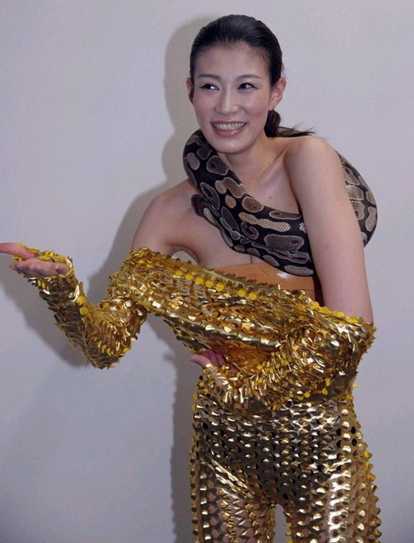 日本女拳手头缠蟒蛇称重 胸前仅贴胶布遮挡的照片 - 6