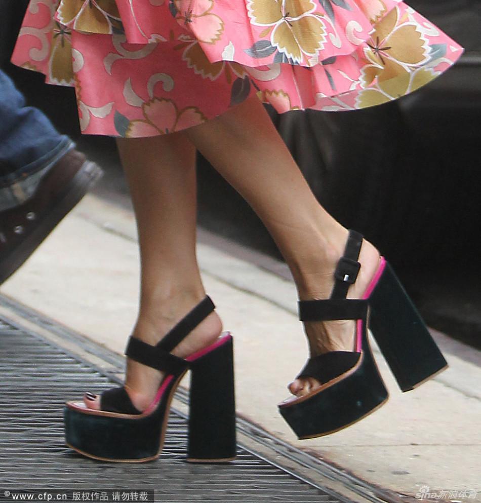 贝嫂穿粉印花裙踩厚底鞋变少女