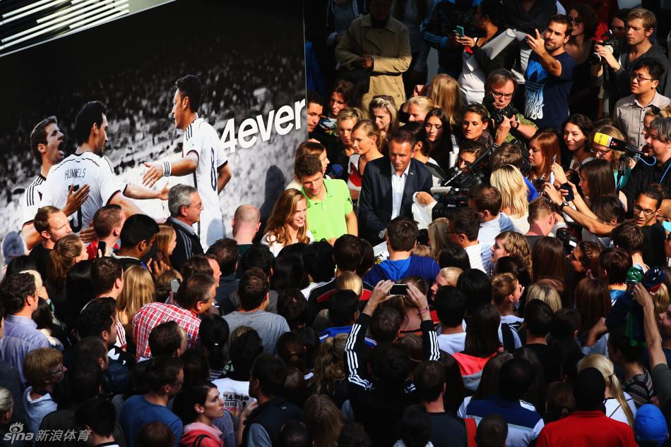 牌总部时接受2014年FIFA巴西世界杯银靴与银球的奖杯.-穆勒领取图片