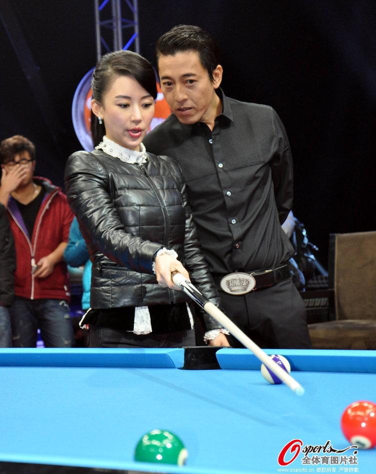 潘晓婷指导吕颂贤打台球