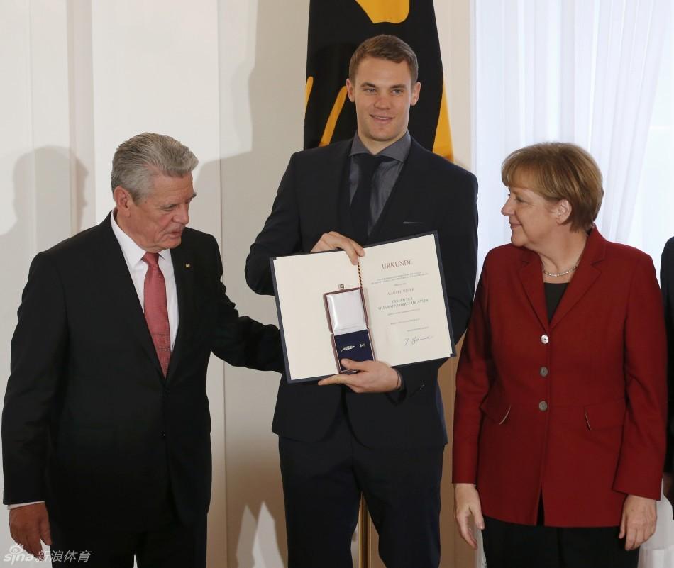 高克和默克尔向德国队颁奖