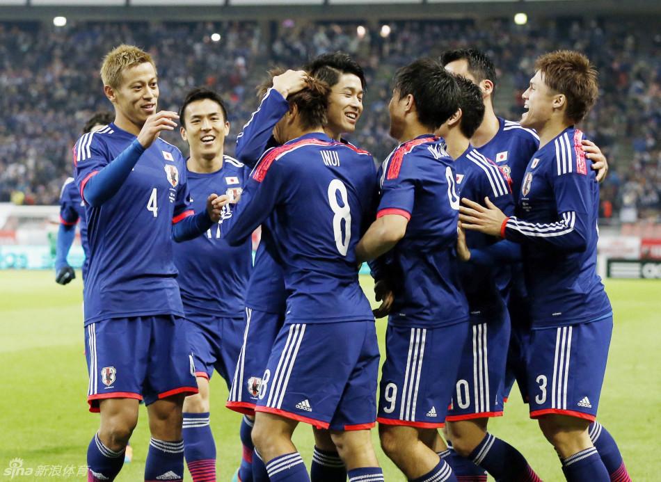 日本众将庆祝乾贵士破门高清图片
