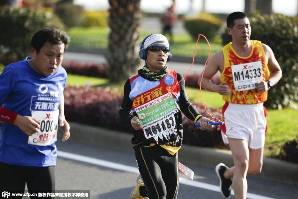 3日上午八点,2015年厦门国际马拉松赛在厦门灯塔公园运动园准