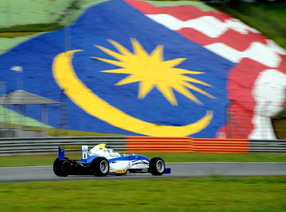 4月25日,2015赛季青年冠军方程式系列赛(Formula Masters China Series,简称FMCS)在马来西亚雪邦国际赛车场上揭开序幕,由来自爱沙尼亚的赛事新人鲁普(Martin Rump,19岁)勇夺第一个回合桂冠。