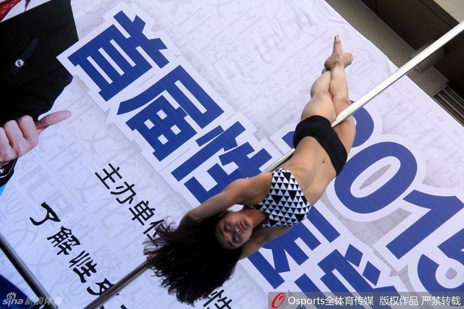 安徽街头上演激情钢管舞,美女模特比拼走秀性美女岁十四