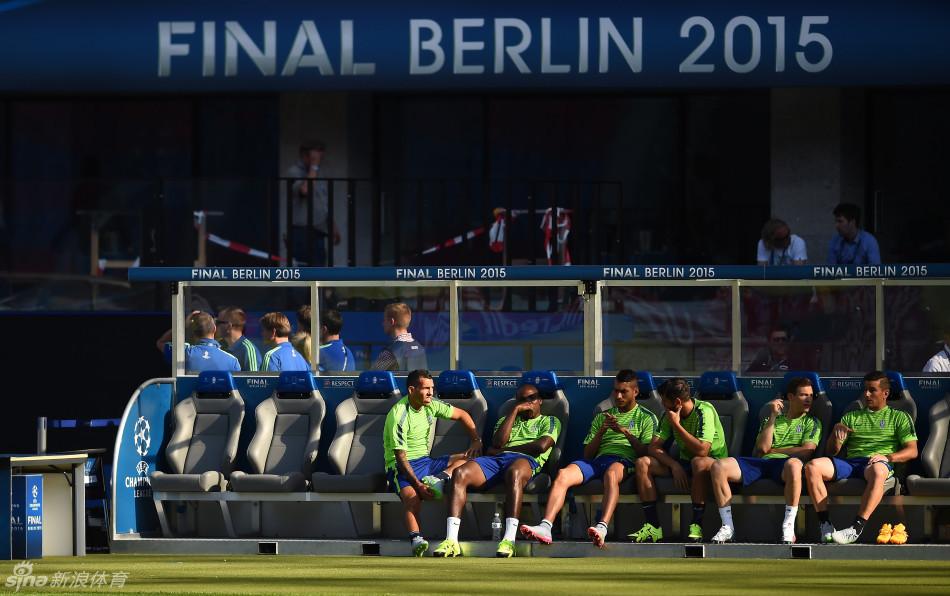 北京时间6月6日凌晨,距离欧冠决赛开赛还有一天,尤文图斯全队来到
