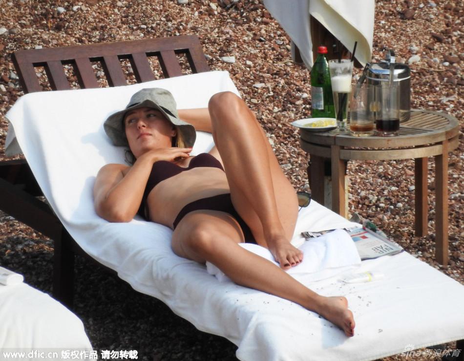 莎娃比基尼晒日光浴