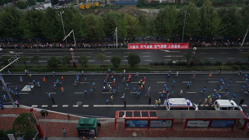 2015凉都六盘水夏季马拉松赛于8月15日早上8时鸣枪开跑.本届马拉